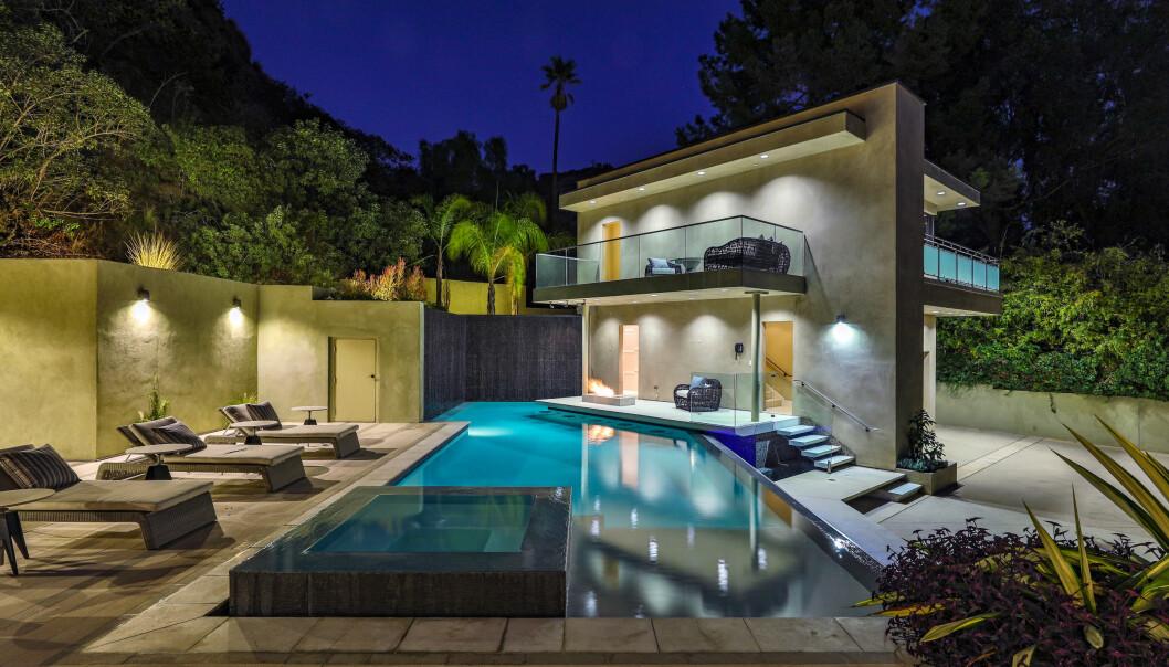 GJESTEHUS: I hagen har sangeren et eget gjestehus tilknyttet svømmebassenget. Foto: Splash News / NTB Scanpix