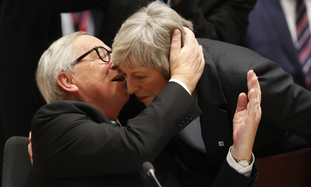 TÅKETE: Presidenten i EU-kommisjonen, Jean-Claude Juncker, og britenes statsminister, Theresa May, gjorde opp under EU-toppmøtet etter et såkalt «robust» ordkløveri om «Brexit». Foto: AP / NTB Scanpix / Alastair Grant