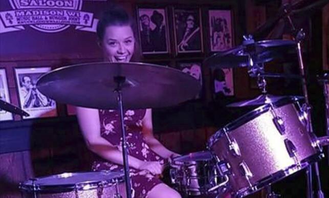 SPILTE TROMMER: Sarah Papenheim var en meget habil trommis. Her er hun avbildet i forbindelse med en konsert i august 2018. Foto: Courtesy of Adam Pryor via AP / NTB scanpix