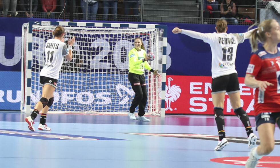 JUBEL: Isabell Roch har reddet det siste skudd fra Norge og vinner kampen mot Norge i håndball-EM. Foto: Vidar Ruud / NTB scanpix