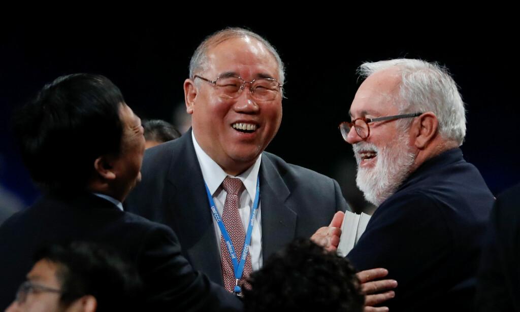 GLEDE: Kinas sjefforhandler Xie Zhenhua og EUs sjefforhandler Miguel Canete etter avtalen var på plass i helga. Foto: NTB Scanpix/ REUTERS/ Kacper Pempel