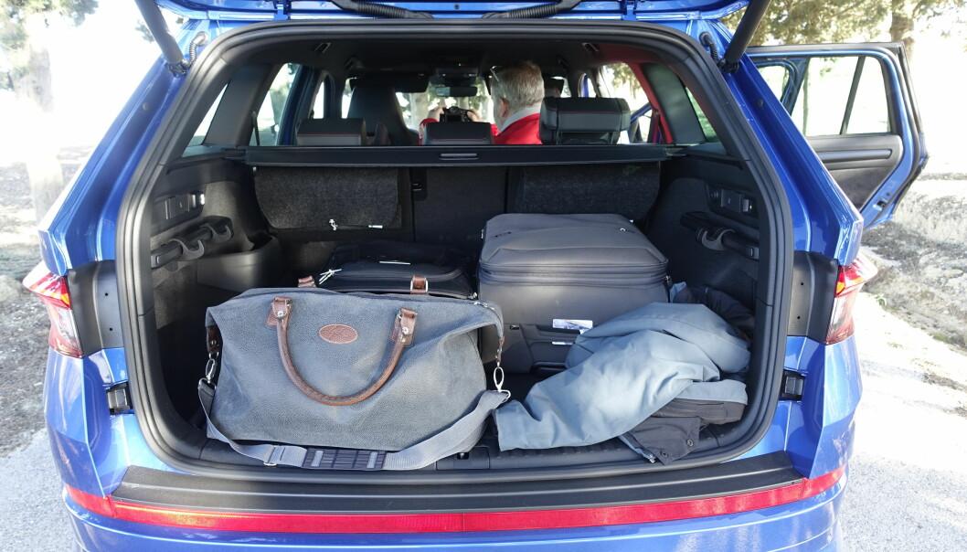 <strong>SVÆRT:</strong> Det praktiske bagasjerommet med store kroker, lommelykt og hendler for å slå ned setene, er romslig. På bakseteryggen ser du to filtvesker som inneholder pledd til sovepakken som koster 4000 kr ekstra. Foto: Rune M. Nesheim