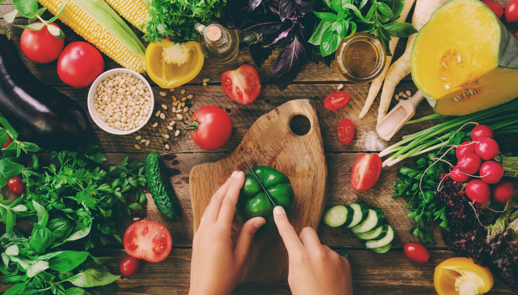 Mørkegrønne bladgrønnsaker og rød og oransje frukt og grønnsaker er bra for flere kroppslige funksjoner. Foto: Shutterstock