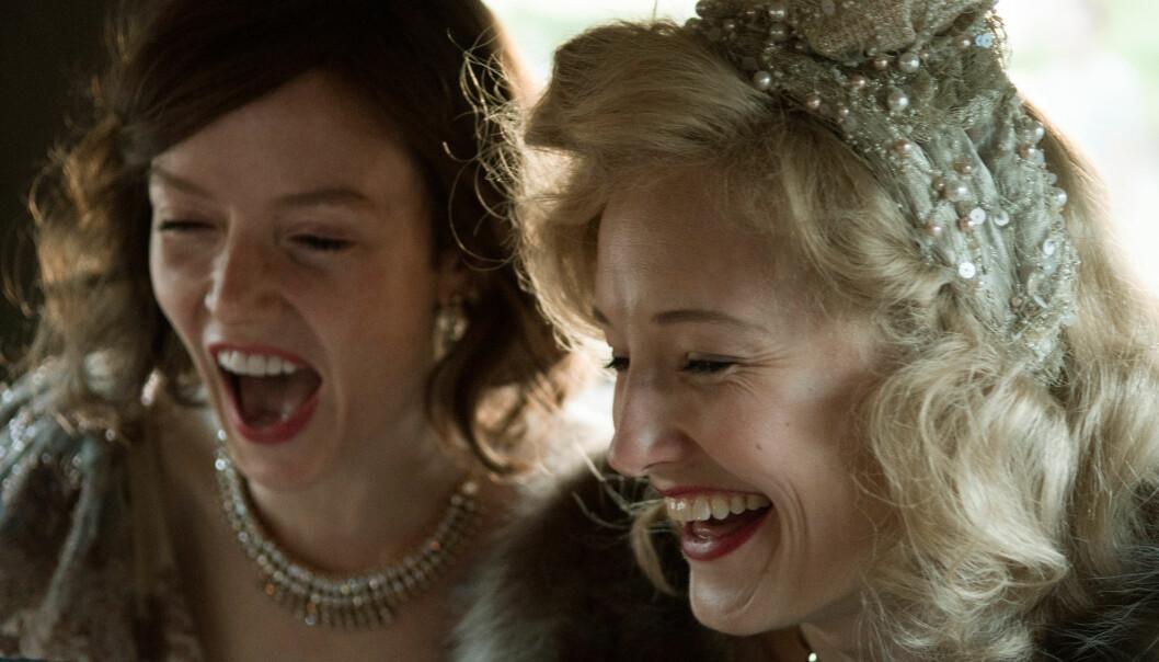 STJERNEN OG ASSISTENTEN: Sammen utgjør skuespillerne Ine Marie Wilmann og Valene Kane en perfekt duo, og det er herlig å se to kvinner - som portretterer to så forskjellige personligheter - få så mye tid foran kamera sammen. FOTO: Jose Haro