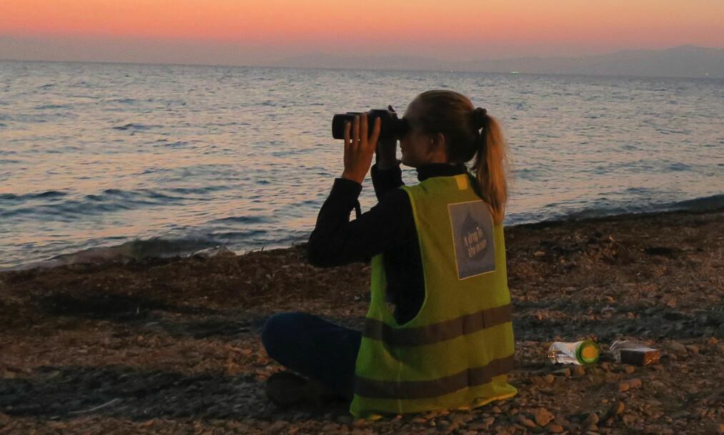 BOATSPOTTING: Heidi Mogstad speider utover vannet etter båter fra Tyrkia. Dette er en aktivitet Dråpen i Havet også har på hold ettersom det er relativt få frivillige på øya for tiden. FOTO:Privat