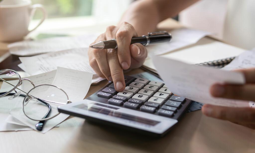 STARTHJELP: Ekspertene anbefaler deg med å starte med å få oversikt over forbruket ditt, for å finne ut hvordan du kan bedre privatøkonomien din på nyåret. Deretter setter du opp passende budsjett og sparemål. Foto: Shutterstock/NTB Scanpix.