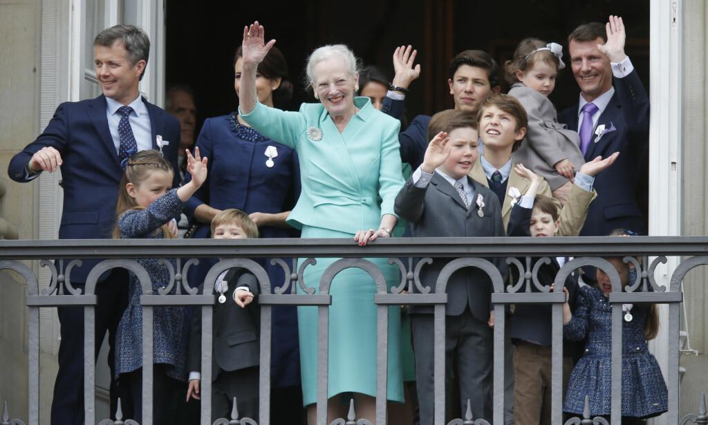 BLIR TV-STJERNE: Den danske kongefamilien er kjent for å være svært folkelig. Nå blir prins Joachim (ytterst t.h.) TV-stjerne på nyåret. Foto: NTB Scanpix
