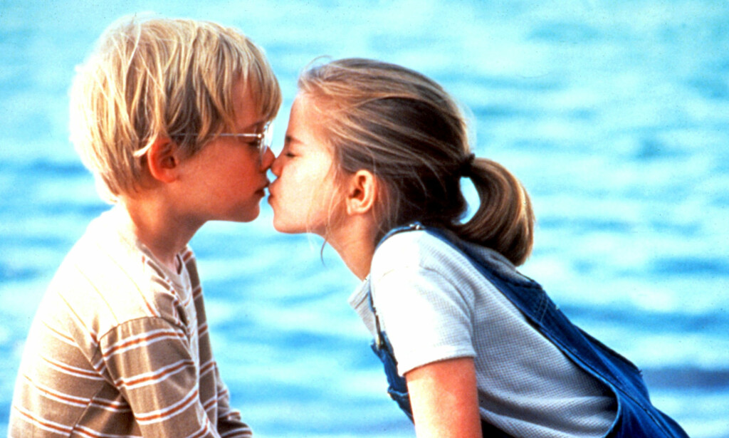 MY GIRL: Vi glemmer ikke denne søte kyssescenen fra filmen My Girl fra 1991. Foto: Skjermdump