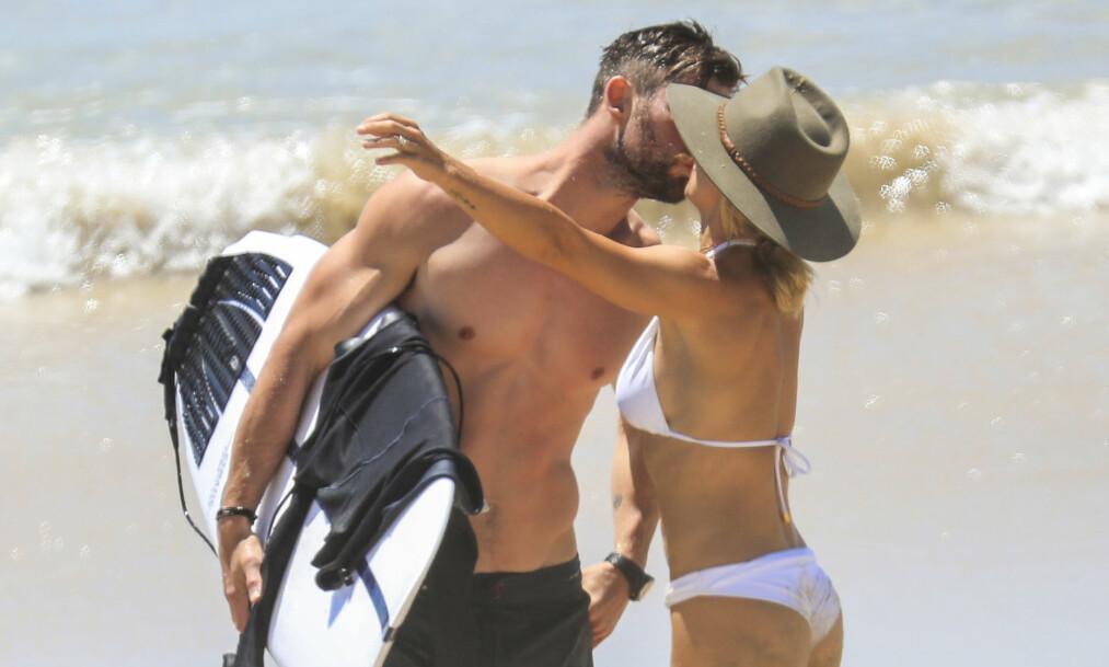 KVALITETSTID: Chris Hemsworth (35) og kona Elsa Pataky (42) klarte ikke å holde fingrene unna hverandre da de ble observert på stranden i Byron Bay. Foto: NTB Scanpix
