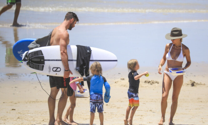 FAMILIEIDYLL: Chris Hemsworth og kona Elsa tok seg en velfortjent fridag sammen med de tre barna sine. Foto: NTB Scanpix