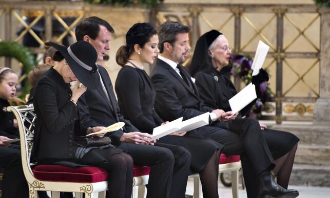 TOK FARVEL: Det var en tydelig beveget familie som tok farvel med prins Henrik under bisettelsen i slutten av februar. Foto: NTB Scanpix