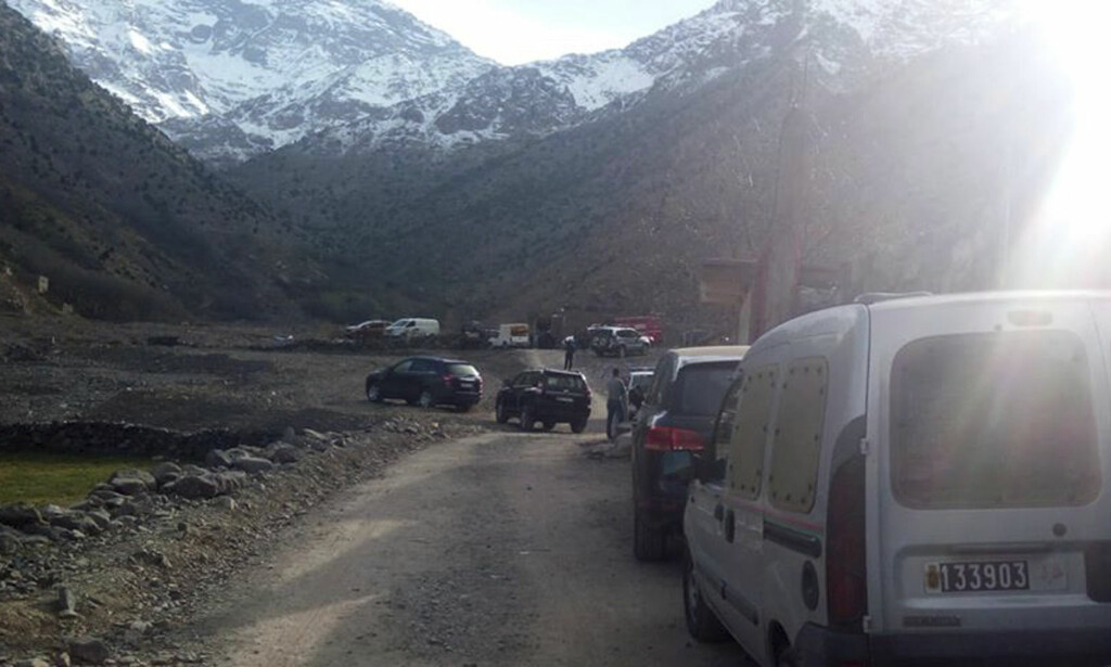MAROKKO: Kvinnene skal ha blitt funnet nær fjellandsbyen Imlil i Marokko ifølge lokale medier. Bildet viser sikkerhetsstyrker i nærheten av åstedet. Foto: marrakechalaan.com / AP / NTB Scanpix