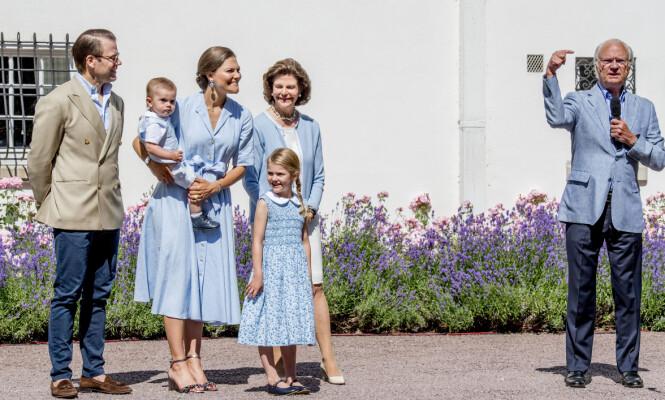 BESTEMOR: Silvia og Carl Gustaf har syv barnebarn. Her med to av dem, Victoria og Daniels barn, Estelle og Oscar. Foto: NTB Scanpix