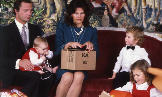 FAMILIEJUL: Silvia har dårlig samvittighet for at hun ikke fikk tilbragt mer tid med barna sine da de var små. Her åpner familien julegaver i 1982. Foto: NTB Scanpix