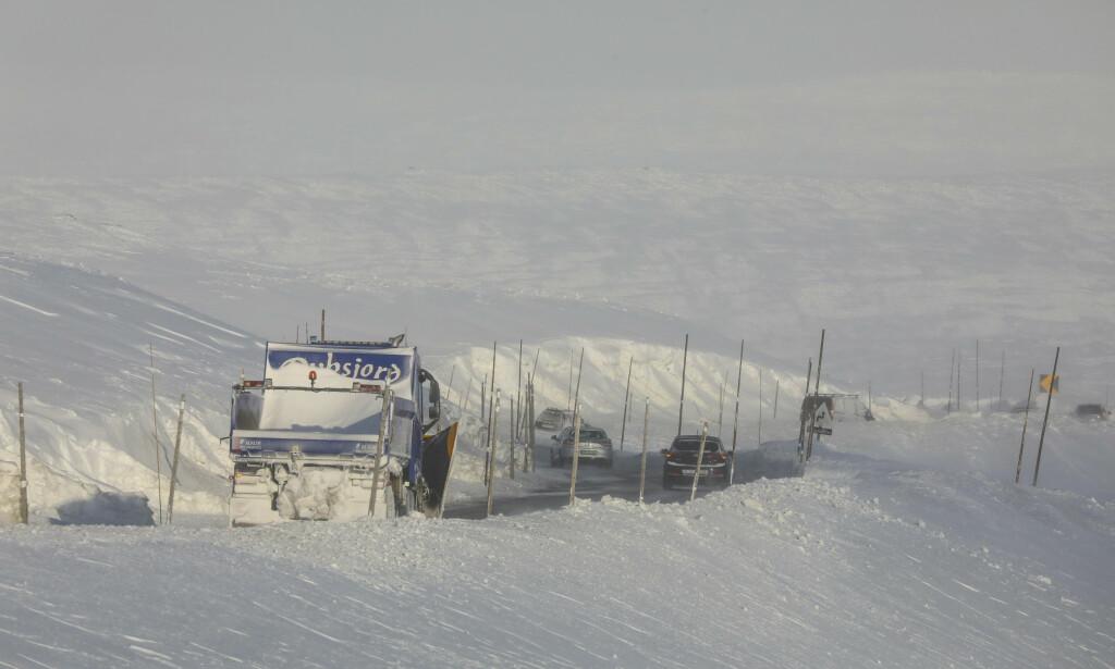 KOLONNEKJØRING: Forbered deg godt dersom du skal over fjellet, ber Statens vegvesen. Foto: NTB Scanpix