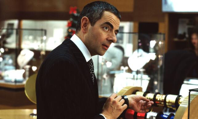 MINNEVERDIG: Scenen der Rowan Atkinson pakker inn et smykke til Harrys elskerinne, er både frustrerende og underholdende. Foto: All over press / Universal