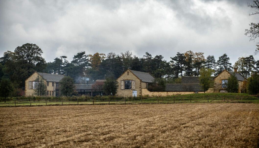 LUKSUSHJEM: Huset ligger utenfor Oxford i England og skal ha en verdi på over 60 millioner norske kroner. Innbruddstyvene kom seg unna uten å bli tatt. Foto: Splash News/ NTB scanpix