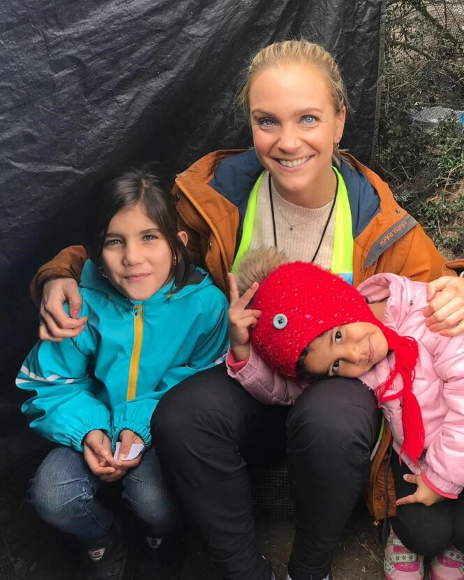 VARM JUL: Å sørge for at alle er tørre og varme er en viktig del av jobben for Dråpen i Havet. Den siste uka de delt ut 1000 soveposer i leiren.