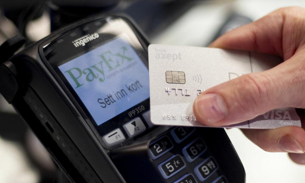 JULESMELL: Tenk over utgiftene i januar før du trekker kortet for mye i desember, råder forbrukerøkonom. Foto: NTB Scanpix