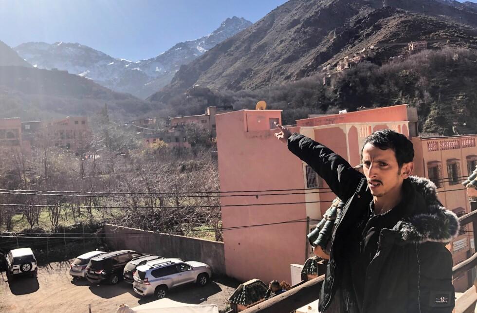 PEKER MOT TOPPEN: Mustapha peker mot toppen av fjellet Toubkal og forteller at med så flott vær som nå tar det to dager å gå til toppen og tilbake til Imlil.