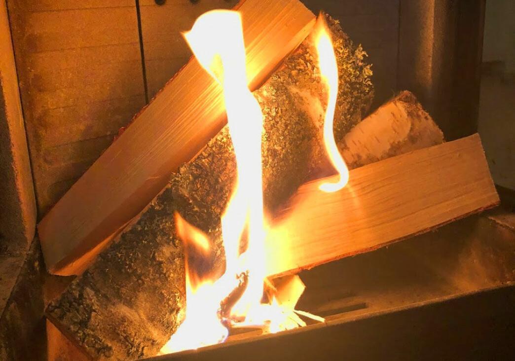 <strong>VARM VINTER:</strong> En kald vinterkveld blir betydelig varmere ved å fyre opp i ovnen. Sjekk hvor du får billigst bjørkeved lenger ned i saken. Foto: Bjørn Eirik Loftås