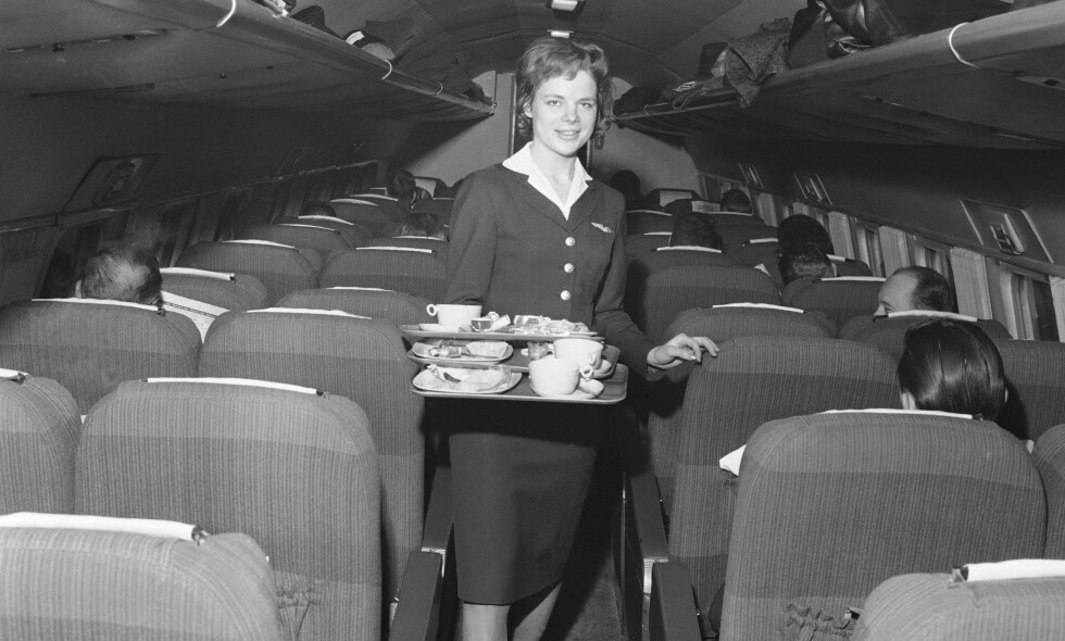 FOR DE FÅ: Flyvertinne Kristi Aga sørger for mat og drikke til passasjerene på SAS-maskinen «Ingemund Viking» I 1965. Flybransjen har gjennomgått en revolusjon siden den gang. Foto: Timmie Skotaam / Aktuell / NTB Scanpix