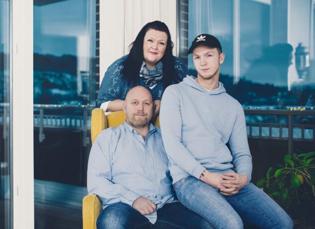 <strong>FAMILIELIV:</strong> Bente Linn setter stor pris på hverdagens lysglimt og tid med familien. Joakim (19) fikk vite at han ikke har arvet sykdommen, som er 50 prosent arvelig, i november. Storebror Marius (22) var ikke tilstede da bildet ble tatt. FOTO: Astrid Waller
