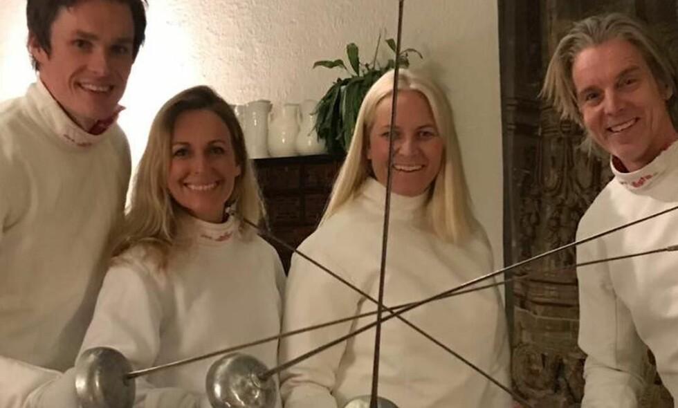 FØRJULSFEKTING: Kronprinsfamilien inviterte venner til å fekte sammen med den norske fekteren Bartosz Piasecki. Foto: Instagram/crownprincessmm