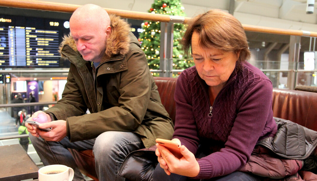 Geir og Randi tester billettkjøp i Enturs app. Foto: Lisa Wisløff
