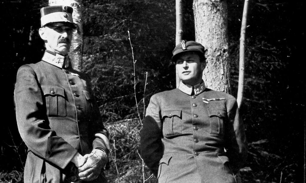 IKONISK FOTO: Kong Haakon og kronprins Olav under flukten, ved bjørketrær utenfor Molde. De søker dekning under et flyangrep på byen. Foto: NYB Scanpix / Per Bratland