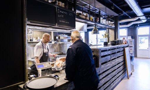 IKKE BARE BAR: Du kan også kjøp fisk deg hjem på restaurant Hallen.