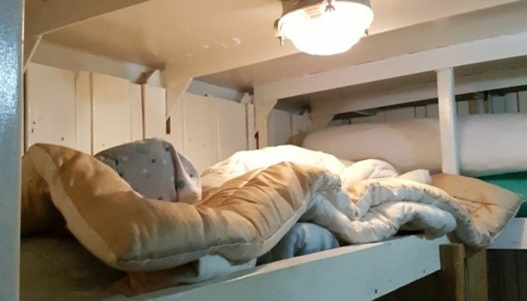 """TRANGT UNDER TAKET: Slik var det å sove på øverste plankehylle i """"Alexander""""s lagerskur på dekk. Bildet er tatt under en kontroll i 2016, da det ikke bodde sjøfolk der. Men dynene lå fortsatt klare."""