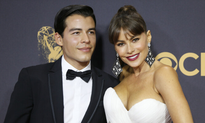 BLE NETTSENSASJON: Bildene av Sofia Vergara og sønnen Manolo fra Emmy-utdelingen i 2017 gikk som en farsott på sosiale medier. FOTO: Scanpix