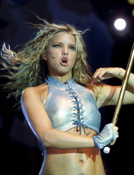 <strong>JESSICA SIMPSON:</strong> Artisten avbildet på scenen som ung popstjerne i 2001. Foto: NTB scanpix