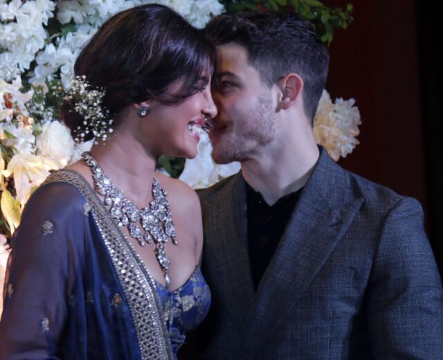 240bbb4a FORELSKET: Nick og Priyanka klarte nesten ikke holde fingrene fra  hverandre. Foto: NTB
