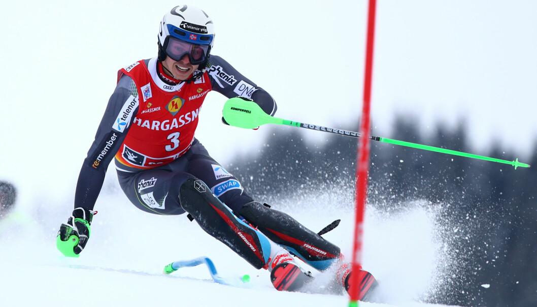 IKKE OPTIMALT: Henrik Kristoffersen ristet på hodet etter målgang i Saalbach. Han tapte mye tid i mellompartiet. Foto: REUTERS/Lisi Niesner