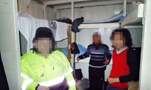 image: Sjømenn stuet i lagerskur på dekk