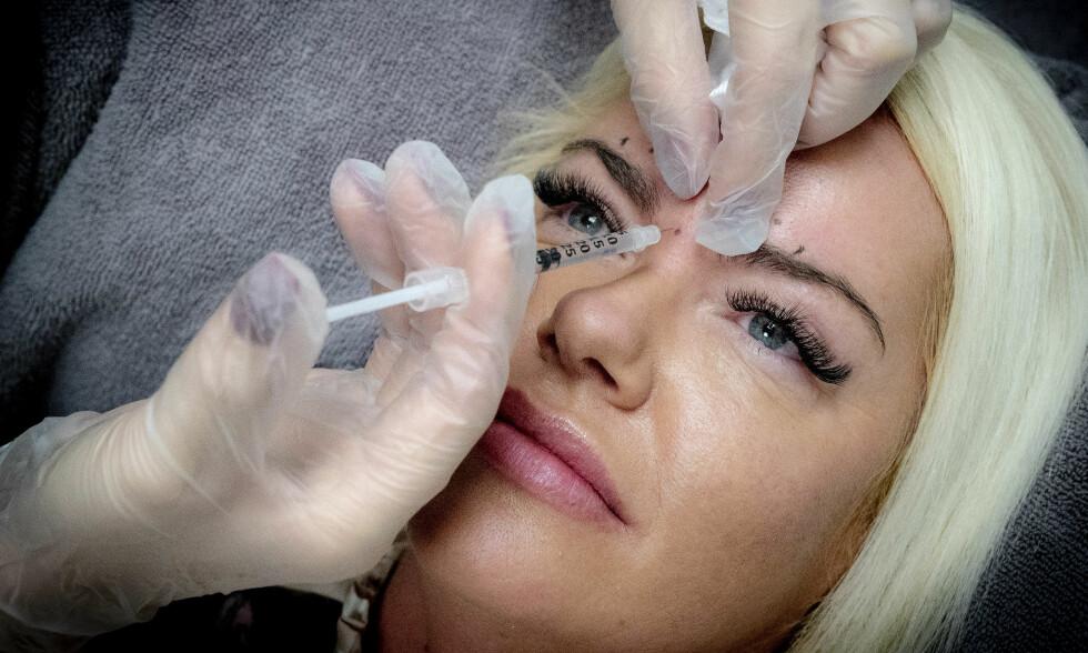 INJISERES: Daimi Larsen får jevnlig injeksjoner av botox og fillere. Hun klarer ikke slutte. - Jo mer du har tatt det, jo færre behandlinger trenger man. Musklene har vært slappe så lenge at de ikke skjønner hva de skal gjøre til slutt, sier hun. Foto: Bjørn Langsem/Dagbladet