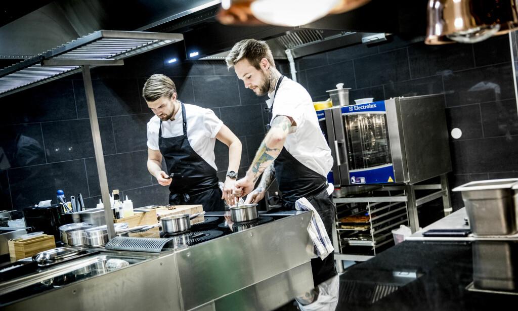VET HVA DE DRIVER MED: De unge kokkene på kjøkkenet har stålkontroll på sakene. Dagbladets anmelderne lot seg imponere.