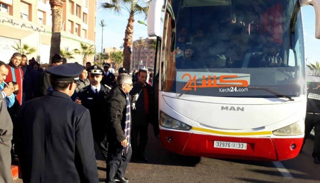 <strong>TATT PÅ BUSSEN:</strong> Bussen der de tre ble pågrepet. Foto: Kech24