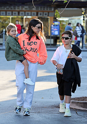 KJENDISBARN: Mason sammen med mamma Kourtney Kardashian og lillebror Reign. Foto: NTB Scanpix