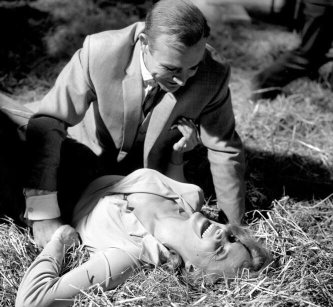 RULLER I HØYET: Pussy Galore forsøker å komme seg løs fra James Bonds grep i høyet. I Flemings roman er Pussy del av et lesbisk nettverk. FOTO: NTB Scanpix