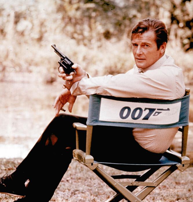 MED LISENS TIL MER ENN Å DREPE: Roger Moore som agent 007. Han visste å omgi seg med kvinner med fantasifulle navn. FOTO: NTB Scanpix