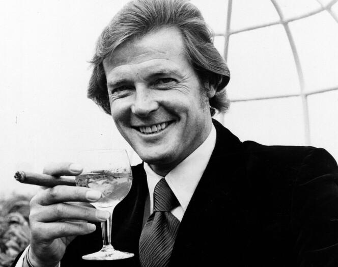 SHAKEN, NOT STIRRED: Roger Moore i klassisk stil med sin Martini. Her fra the Dorchester Hotel da det ble kjent at han skulle spille i «Live and let die». Moore var den første engelskmann til å spille rollen som James Bond. FOTO: NTB Scanpix