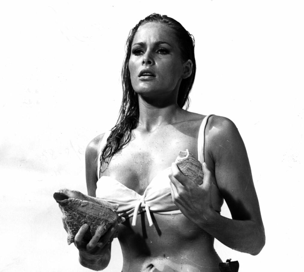 NAVNET SKJEMMER INGEN?: Da Ursula Adress i rollen som Honey Ryder steg opp av vannet med kniv i bikinislira , var det som det den første Bond-piken. Siden ble Bond-navnene i grunnen bare verre. FOTO: NTB Scanpix