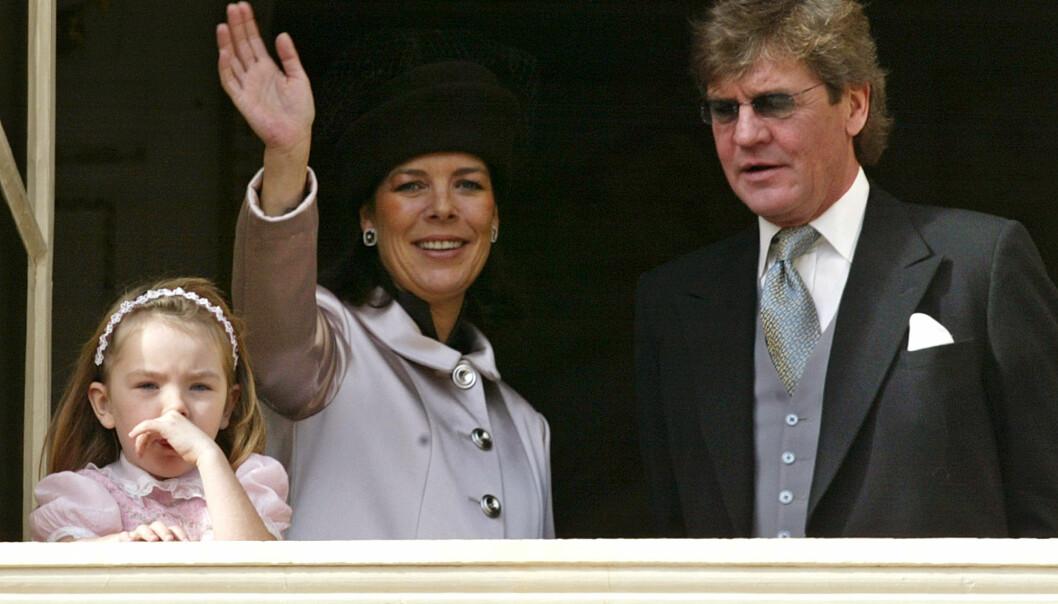 ULYKKELIG: Prinsesse Caroline (i midten), datteren prinsesse Alexandra og ektemannen prins Ernst August i 2004. Ekteskapet skal være langt ifra lykkelig. Foto: NTB Scanpix