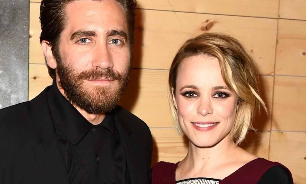 BLE MAMMA: Hollywood-skuespiller Rachel McAdams (40) fikk en sønn i all hemmelighet i april. Nå deler hun, overraskende nok, et glimt fra mammalivet. Her med skuespillerkollega Jake Gyllenhaal i 2015. Foto: NTB Scanpix