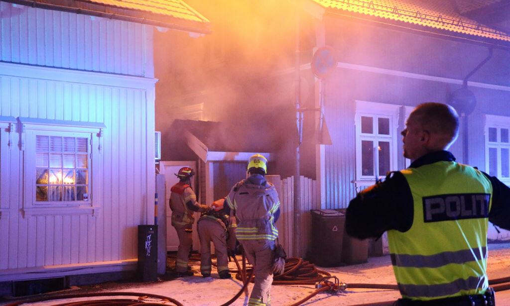 EN PÅGREPET: Politiet rykket natt til lørdag ut til en boligbrann i Skien. En beboer fikk i seg en del røyk og en brannmann ble lettere skadd. En mann er pågrepet.  Foto: Theo Aasland Valen