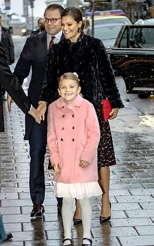FEIRET MORMOR: Prinsesse Estelle var selvskreven gjest under Silvias feiring. Her sammen med mamma kronprinsesse Victoria og pappa prins Daniel. Foto: NTB Scanpix