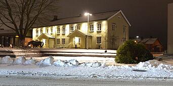 image: Øksemann hogde ned juletreet foran rådhuset